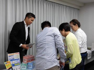 展示コーナーを見る参加者.JPG