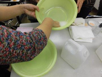 泡で洗う際の泡立て方を習う.JPG